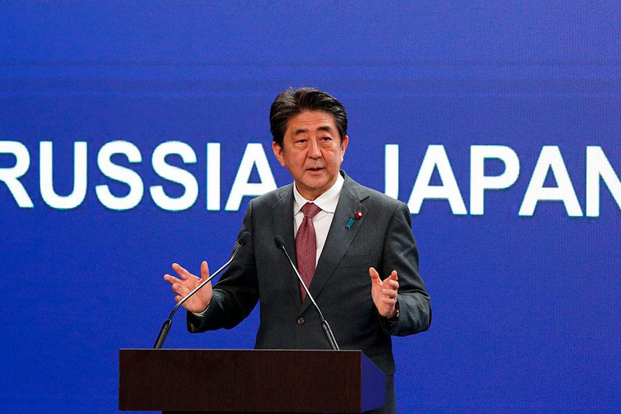 5月25日,日本首相在俄羅斯聖彼得堡國際經濟論壇上發表演講。(GRIGORY DUKOR / POOL / AFP)