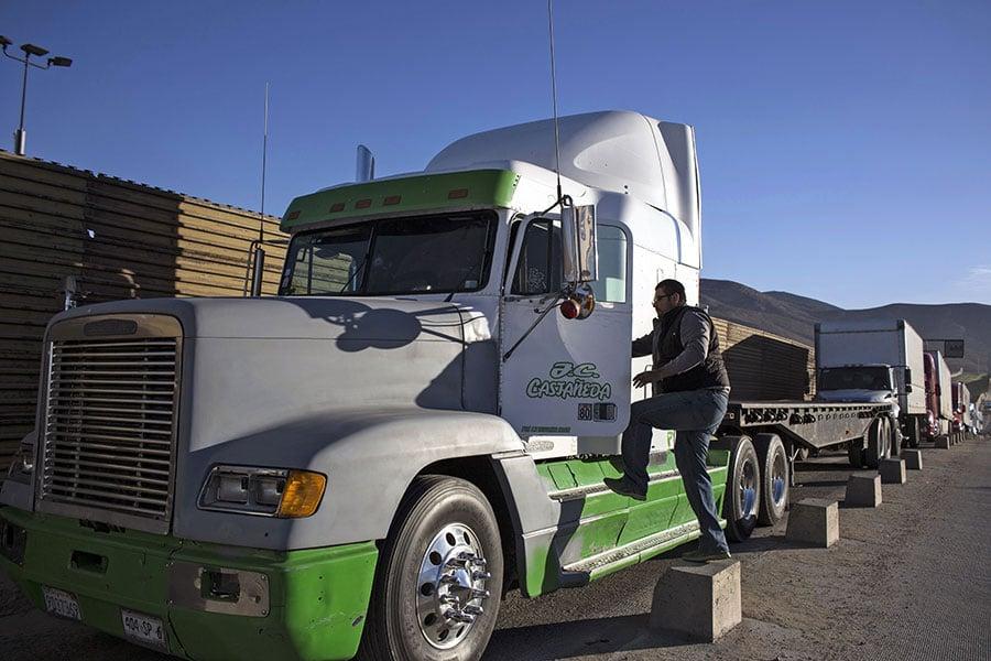 全美現貨車司機荒,預估未來10年短缺近90萬人,如果問題沒得到解決,美國企業及消費者荷包將失血。(GUILLERMO ARIAS/AFP/Getty Images)