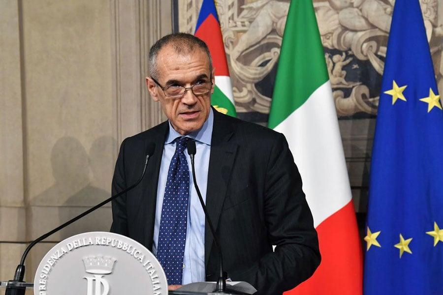 意大利總統馬塔雷拉授權國際貨幣基金組織(IMF)前財政事務主管科塔萊利(Carlo Cottarell),出任意大利過渡政府總理。圖為科塔萊利在舉行新聞發佈會。(ANDREAS SOLARO/AFP/Getty Images)
