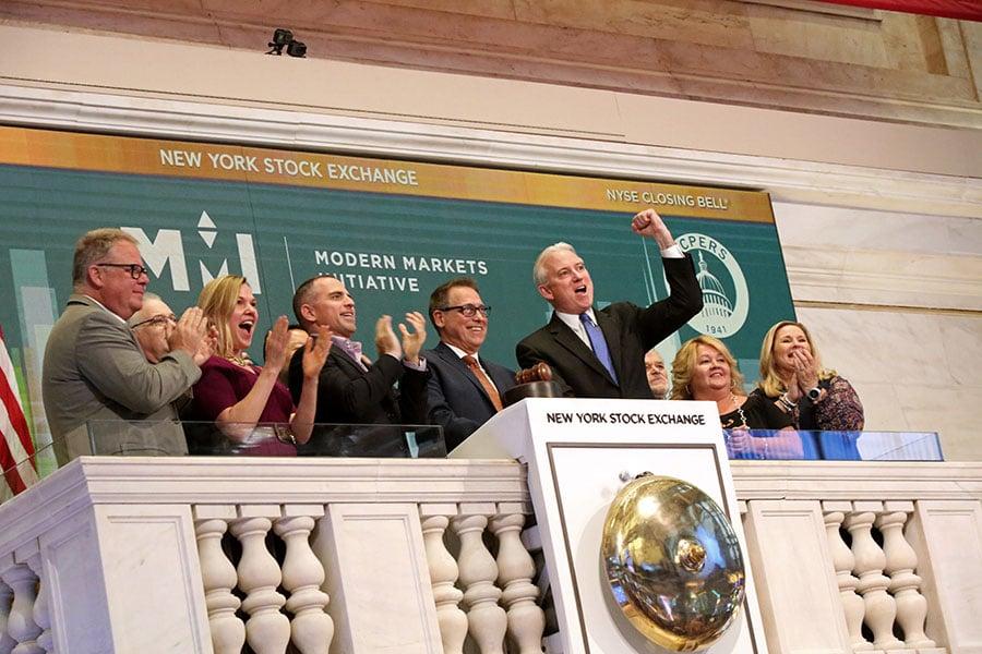 全球經濟增長失去動能,美國投資人發現母國經濟一枝獨秀,開始將資金轉回美國資本市場,今年5月出現資金流入大於流出的罕見現象。(Yana Paskova/Getty Images)