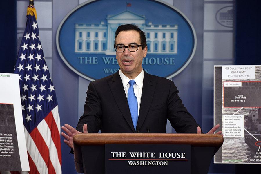 美國準備對北韓推出新一輪重大制裁,但是為了避免擾亂微妙的特金會,美國可能推遲實施。圖為美國財政部長姆欽二月份宣佈對北韓制裁措施。(OLIVIER DOULIERY/AFP/Getty Images)