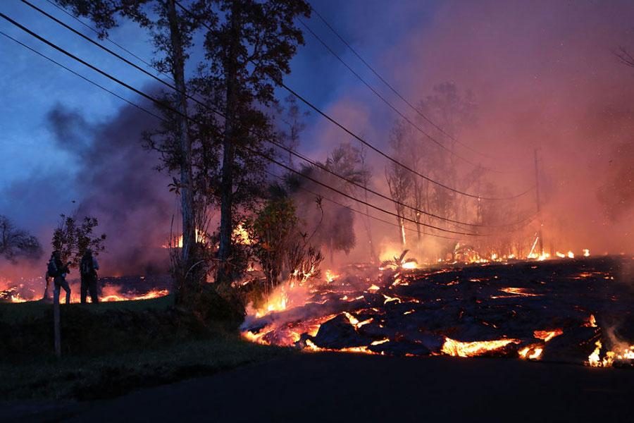 5月27日,夏威夷基拉韋厄(Kilauea)火山噴發的熔岩四處奔流。(Mario Tama/Getty Images)