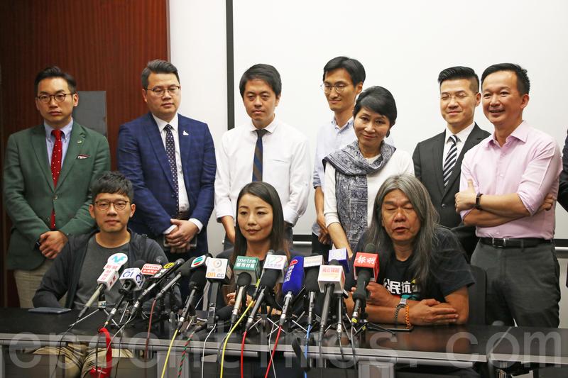 劉小麗和梁國雄在多位民主派議員的陪同下召開記者會,劉小麗表示決定撤回就案件提出的上訴,梁國雄則繼續上訴。(蔡雯文/大紀元)