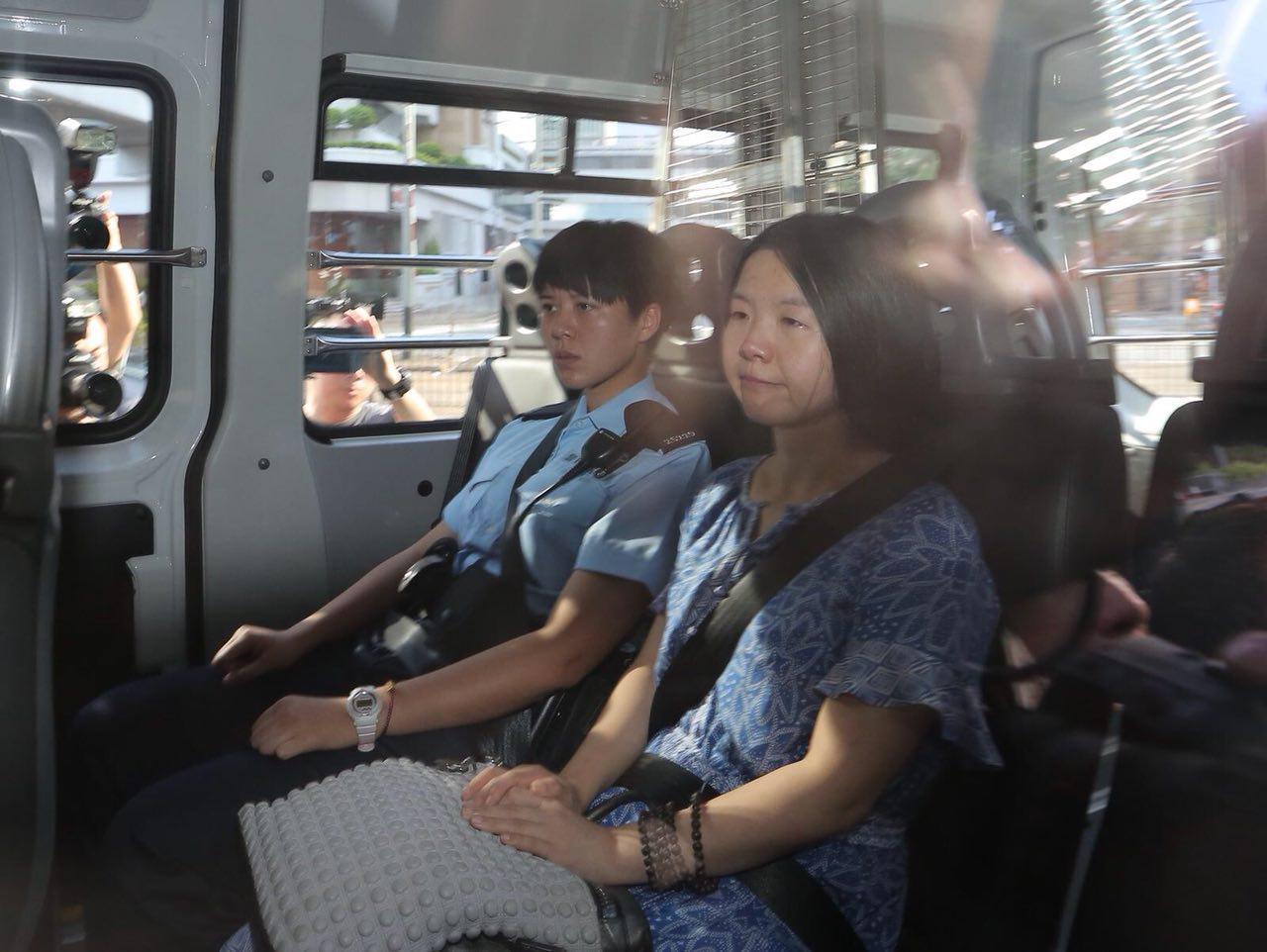唐琳玲下午被警方押送到高等法院應訊。(陳家根攝影)