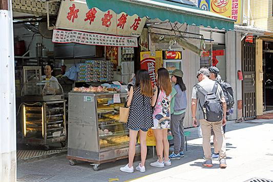 長洲老字號「郭錦記」為其中一家發售「平安包」的餅店。(陳仲明/大紀元)