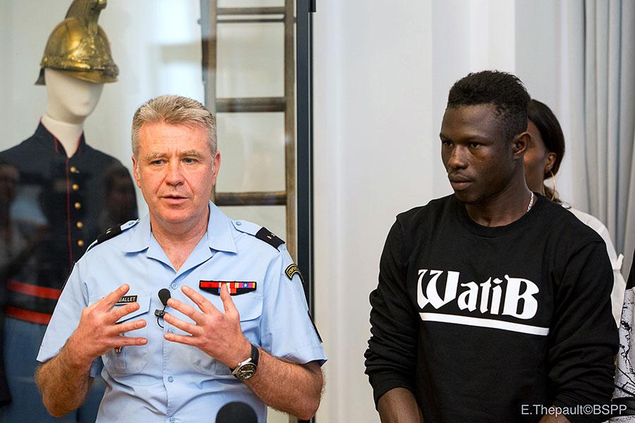 5月29日,身手矯健的加薩瑪造訪一個消防隊,與巴黎消防救援單位簽署10個月的實習期,每月薪水近600歐元。(AFP PHOTO/BSPP-Brigade de sapeurs-pompiers de Paris/Erwan Thepault)