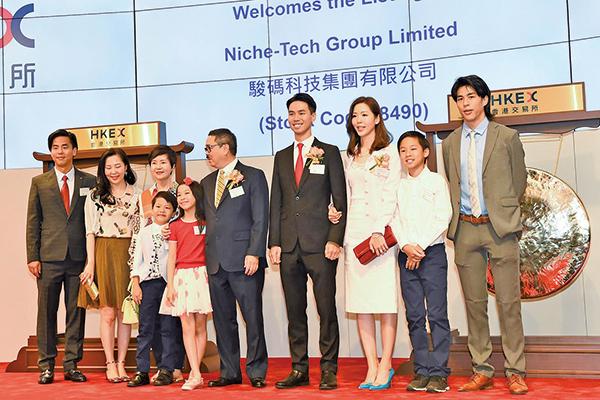台灣影星柯有倫(左一)昨為好友駿碼主席周博軒(右四)站台。(大紀元/郭威利)