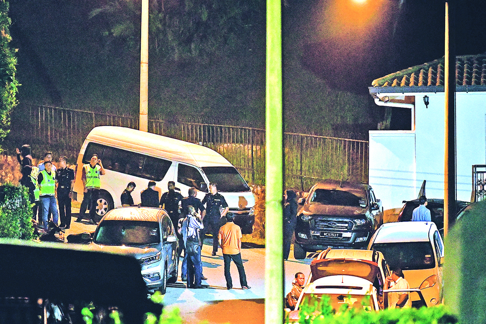 馬來西亞警方突襲涉貪前首相納吉布的住宅和辦公室,查獲大量設計手提包,其中許多塞滿了現金和珠寶。(AFP PHOTO / Mohd RASFAN)