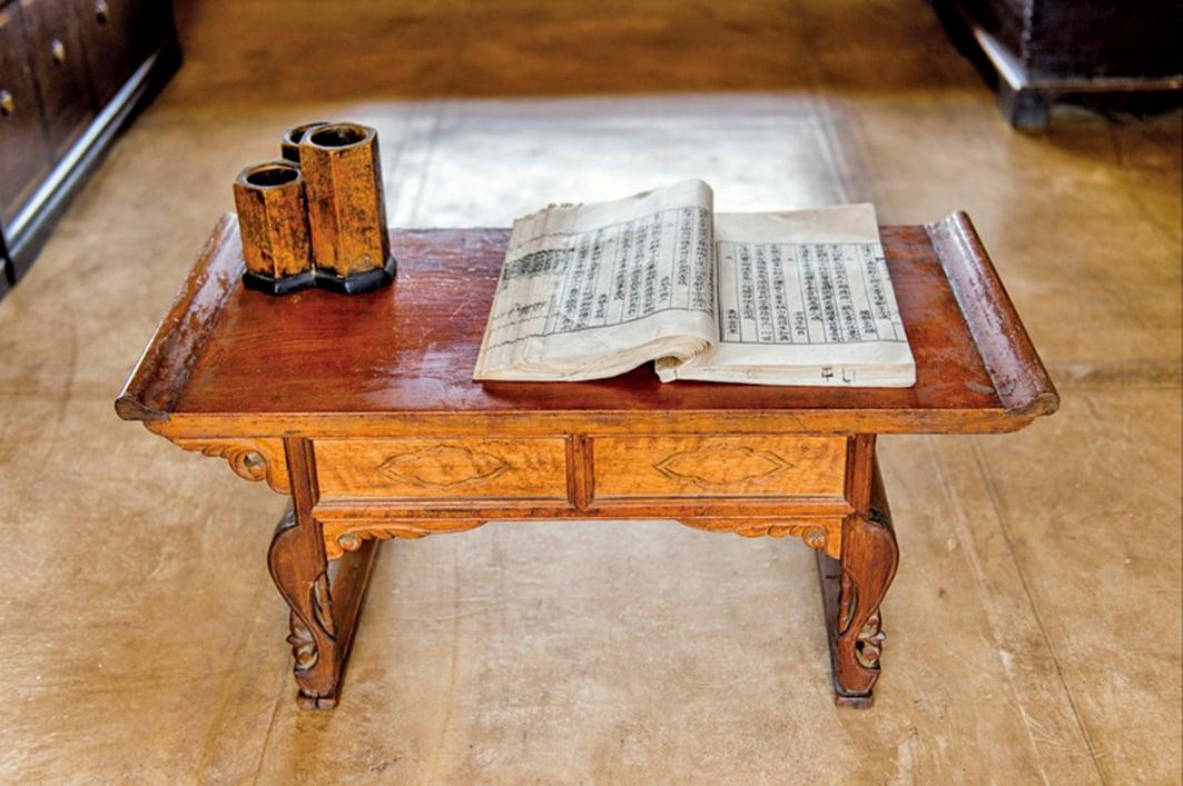 隋煬帝即位後,對宮中收藏的典籍,按照上中下三品,分別收藏於觀文殿的書堂內。圖為古書與書桌示意圖。(Fotolia)