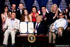 為絕症重病患開一扇門 特朗普簽署試藥權法案