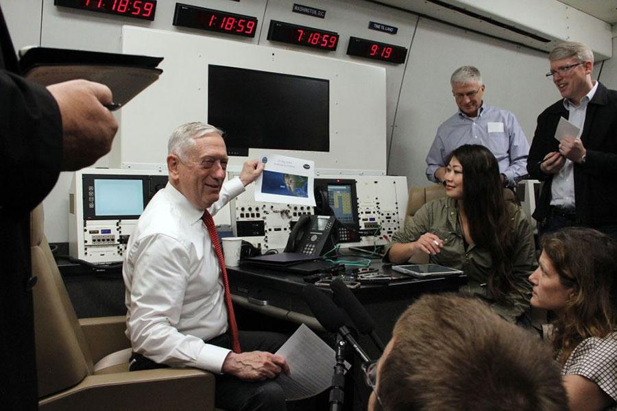 5月29日,美國國防部長馬蒂斯在去夏威夷的航班上接受記者採訪。(THOMAS WATKINS/AFP/Getty Images)