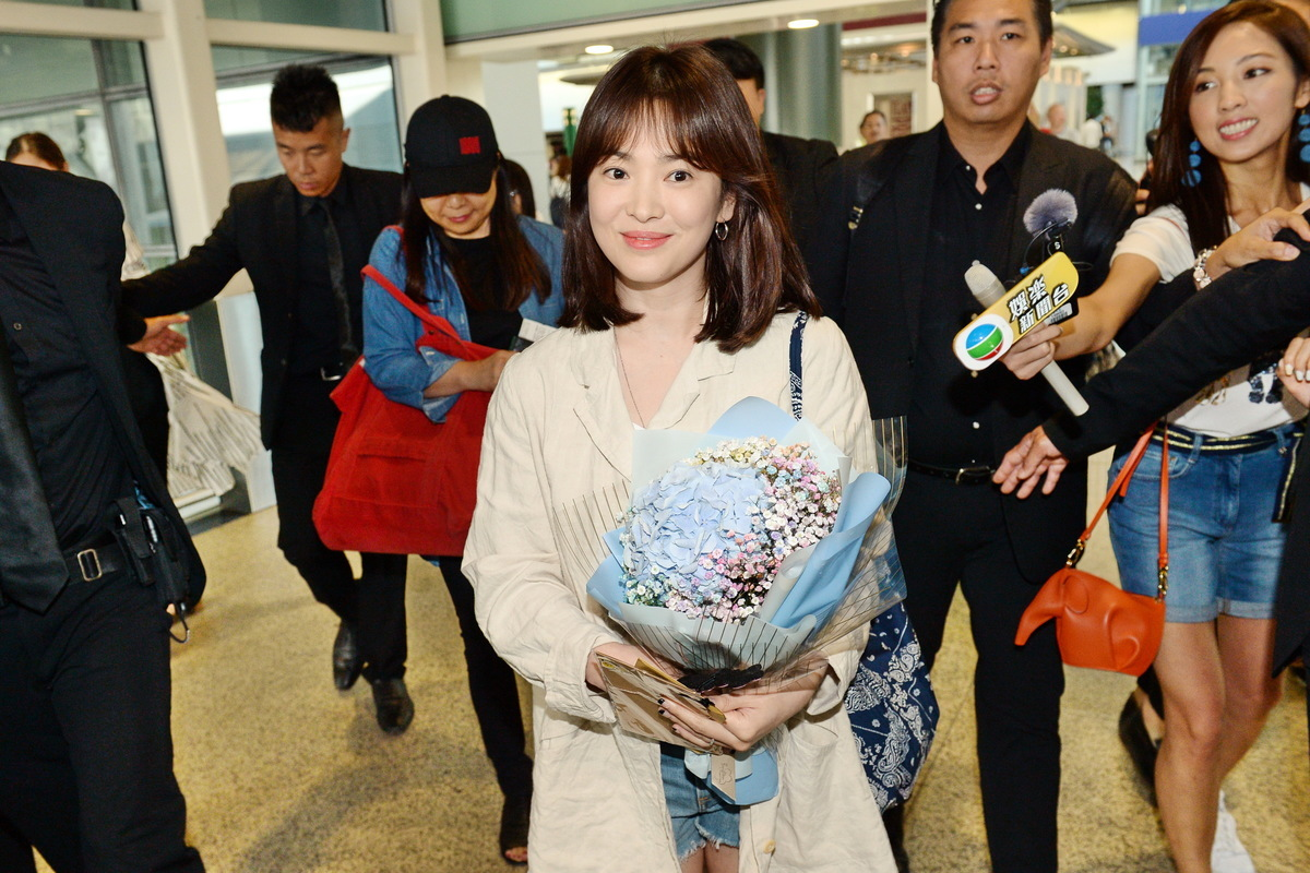 韓星宋慧喬婚後首次訪港,在機場接收粉絲送贈的花束。(宋碧龍/大紀元)