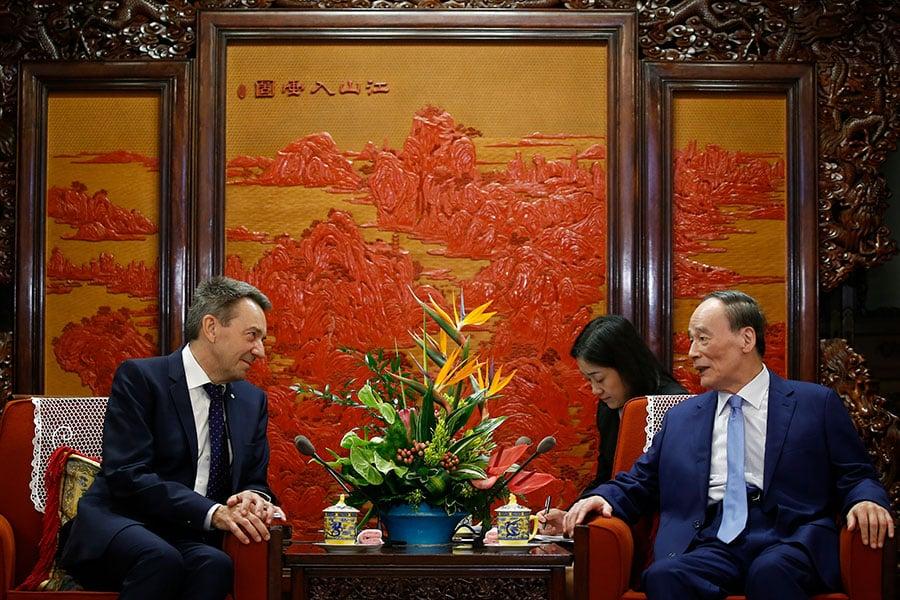 5月30日,中共國家副主席王岐山在中南海會見紅十字國際委員會主席莫雷爾。(Thomas Peter - Pool/Getty Images)