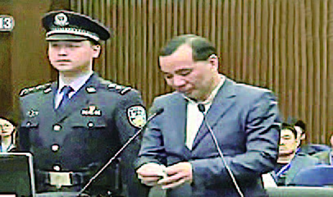 安邦集團前董事長吳小暉在庭審現場。(影片截圖)