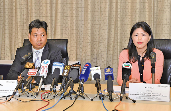 摩根大通中國首席經濟學家及中國股票策略主管朱海斌(左)和中國證券研究部主管李郁勻(右)(郭威利/大紀元)
