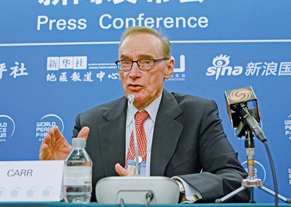 澳洲前外交部長卜卡(Bob Carr)最近要求一位參議員在國會針對一位曾秘密調查中共滲透的前總理顧問,面臨被逐出工黨。圖為他2016年在北京出席一項中共官方活動。(Getty Images)