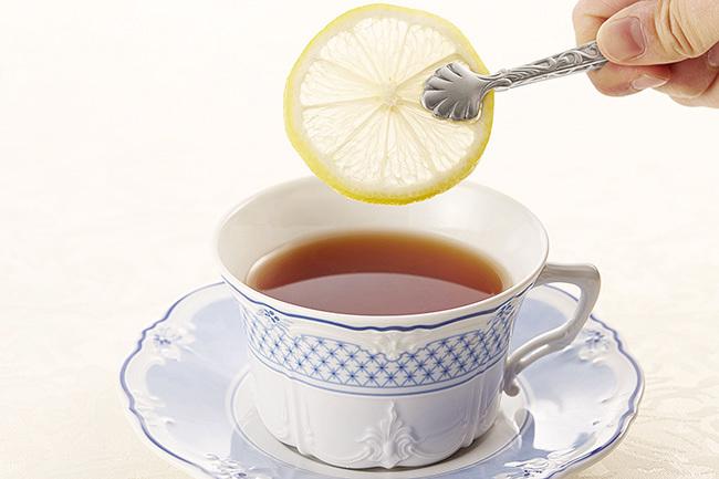 在綠茶中加幾滴檸檬、青檸或葡萄柚汁有助於人體對兒茶素的吸收。
