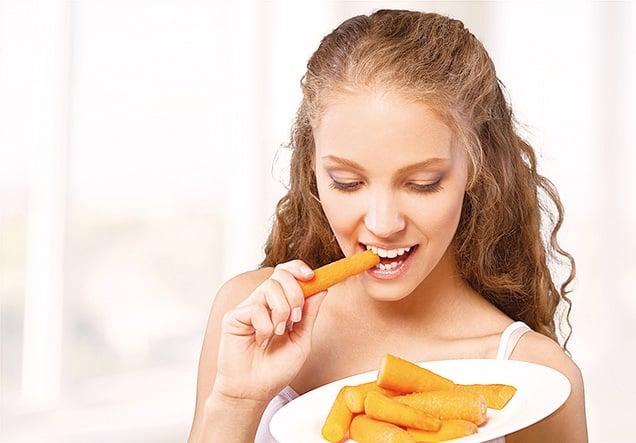 將整條紅蘿蔔放入水中煮來吃最健康。