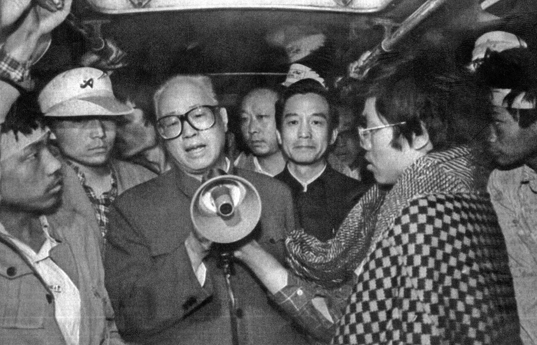 1989年5月19日,趙紫陽(持喇叭者)到天安門廣場看望絕食的學生。(AFP)