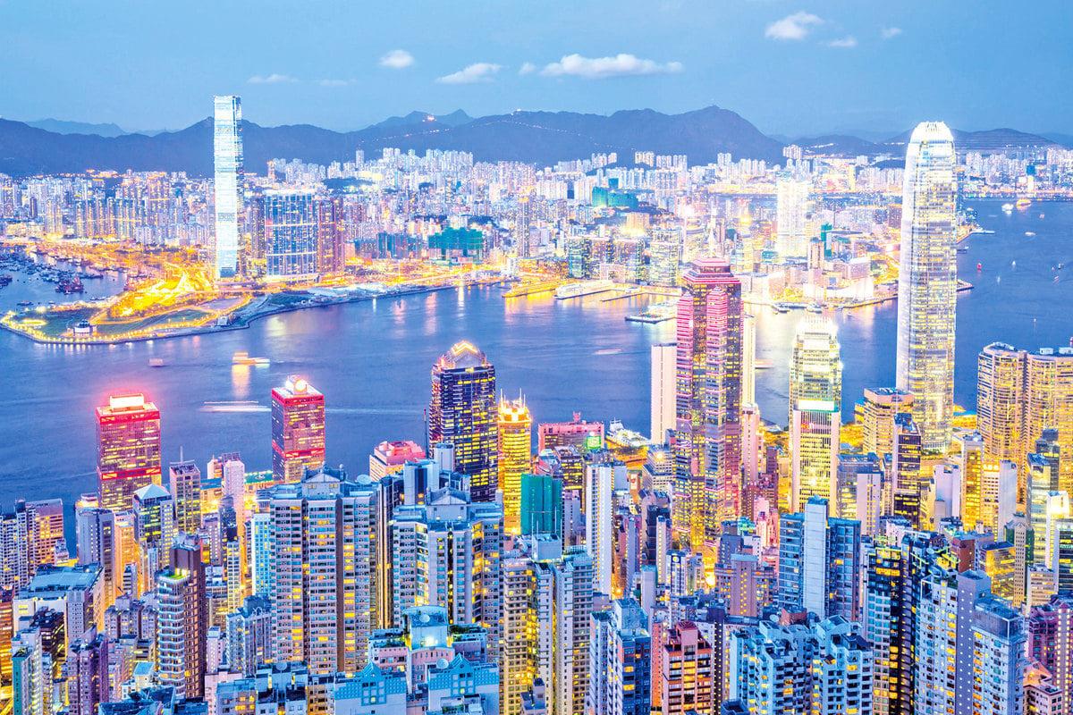 香港維多利亞港的夜景聞名全球,是造訪香江時不可錯過的景點。(Fotolia)