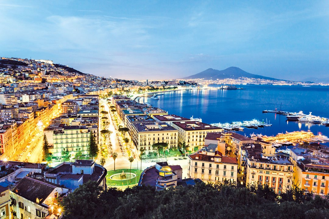 意大利那不勒斯的美麗夜色。(Fotolia)