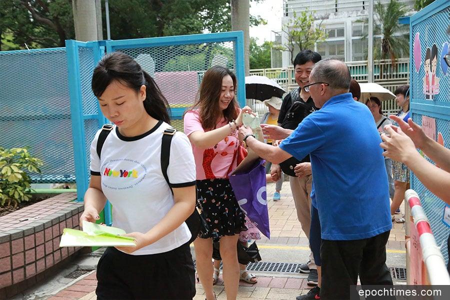 小一派位結果星期六公佈,近七成學童獲派首三志願。圖為家長抵達統一派位中心,準備領取結果。(陳仲明/大紀元)