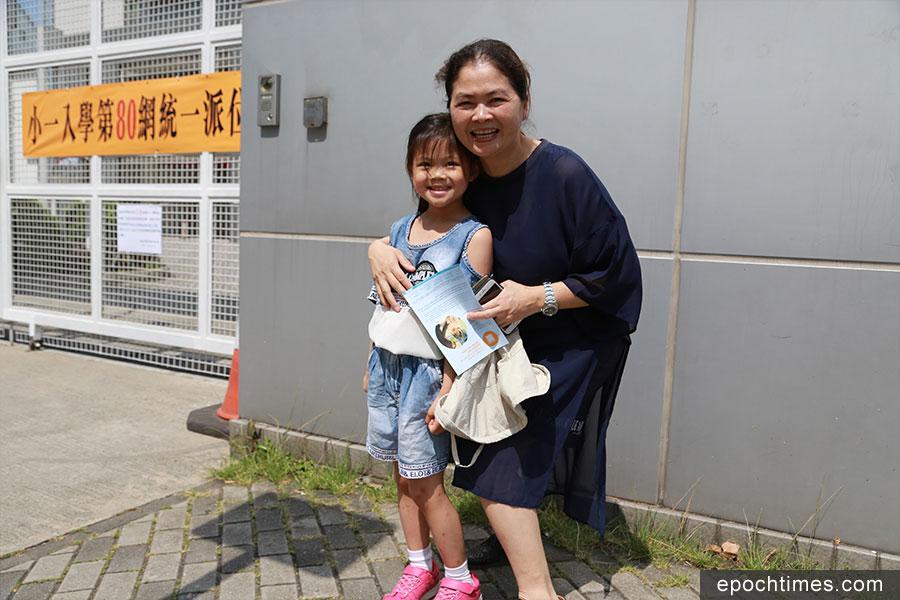 梁同學獲派第一志願學校,感到很開心。(陳仲明/大紀元)