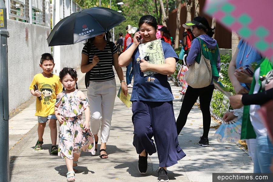 小一派位結果星期六公佈,近七成學童獲派首三志願。(陳仲明/大紀元)