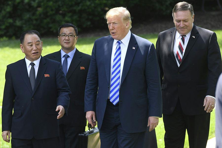 周五(6月1日),美國總統特朗普在白宮召見北韓特使金英哲(左一)。(AFP PHOTO/Saul LOEB)
