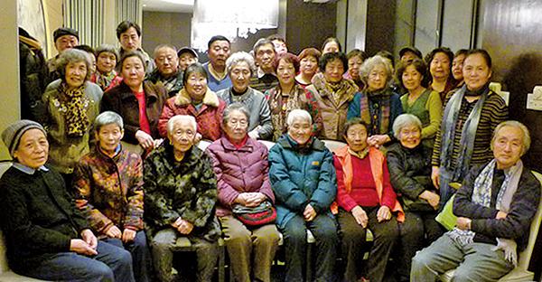 圖為「天安門母親」於2015年六四前,避過當局監控,在北京市內聚會。(大紀元資料圖片)