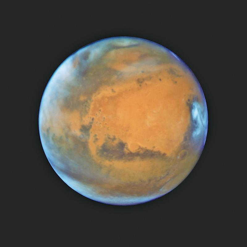 NASA發佈哈勃太空望遠鏡拍攝的最新火星照片,十分清晰,顯示這個紅色星球上的雲層、火山口、冰帽和其他特點。(NASA)