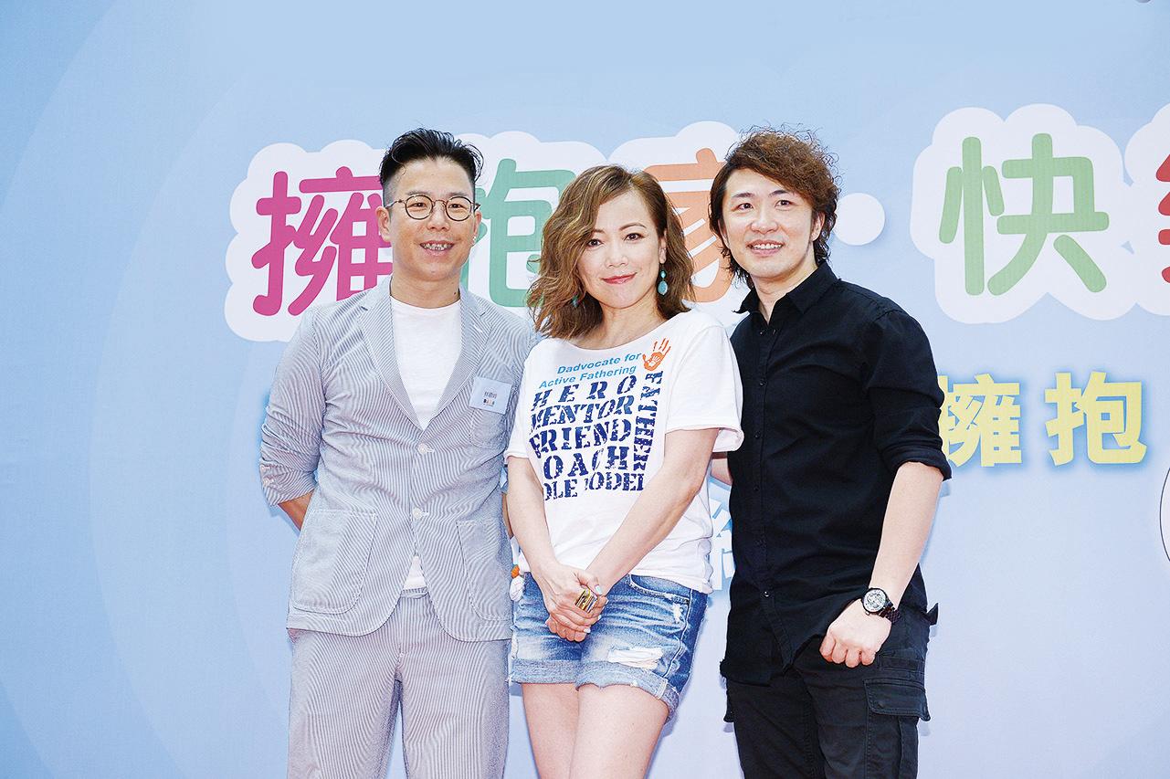 藝人鄧萃雯(中)、張崇德(右)與林曉峰(左)昨日出席父親節親子活動。(宋碧龍╱大紀元)