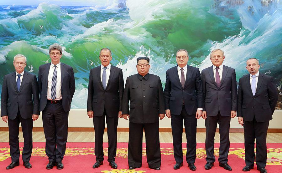 南韓媒體報道說,北韓領導人金正恩可能在與美國總統特朗普進行會談前,先與中俄領導人進行三方會談。圖為2018年5月31日,金正恩接見到訪的俄羅斯外交部長拉夫羅夫(左三)。(KCNA VIA KNS/AFP)