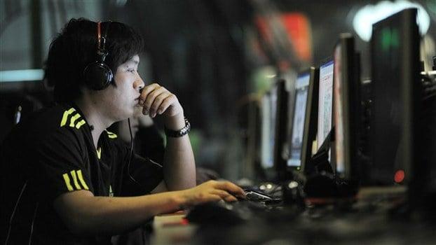 今日頭條同騰訊網的搏鬥升級。圖為一中國網吧。(AFP)