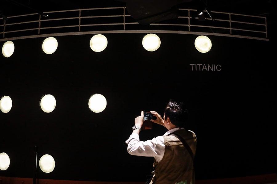 圖為2018年5月3日在中國湖北舉辦的「泰坦尼克文物精品展」。(Wang He/Getty Images)