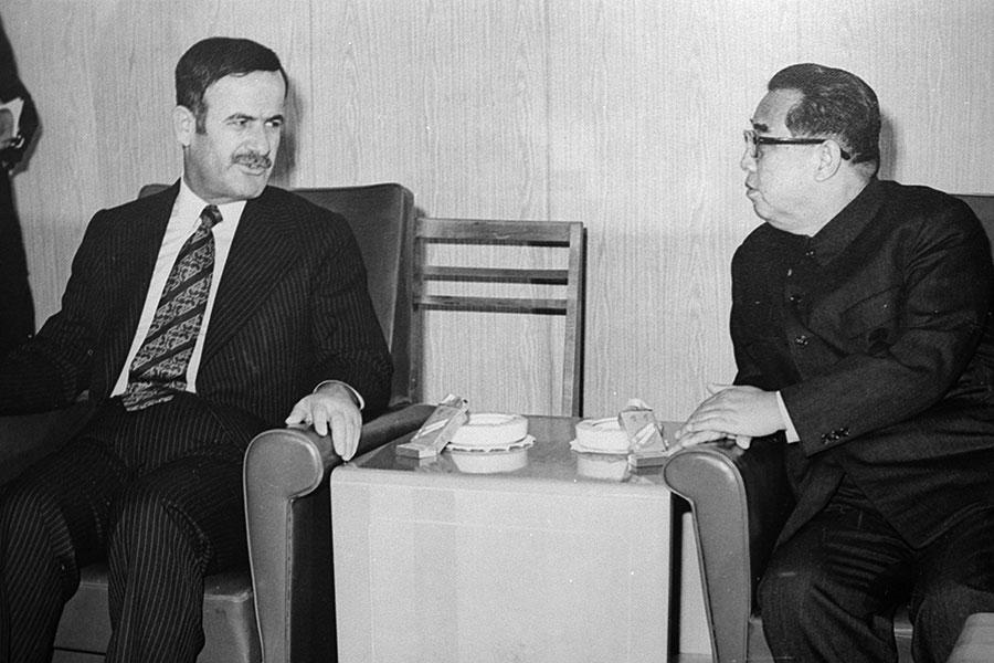 北韓和敘利亞保持幾十年的友好關係。阿薩德的父親哈菲茲(左)曾在七十年代會晤北韓政權創始人金日成(右)。(AFP/Getty Images)