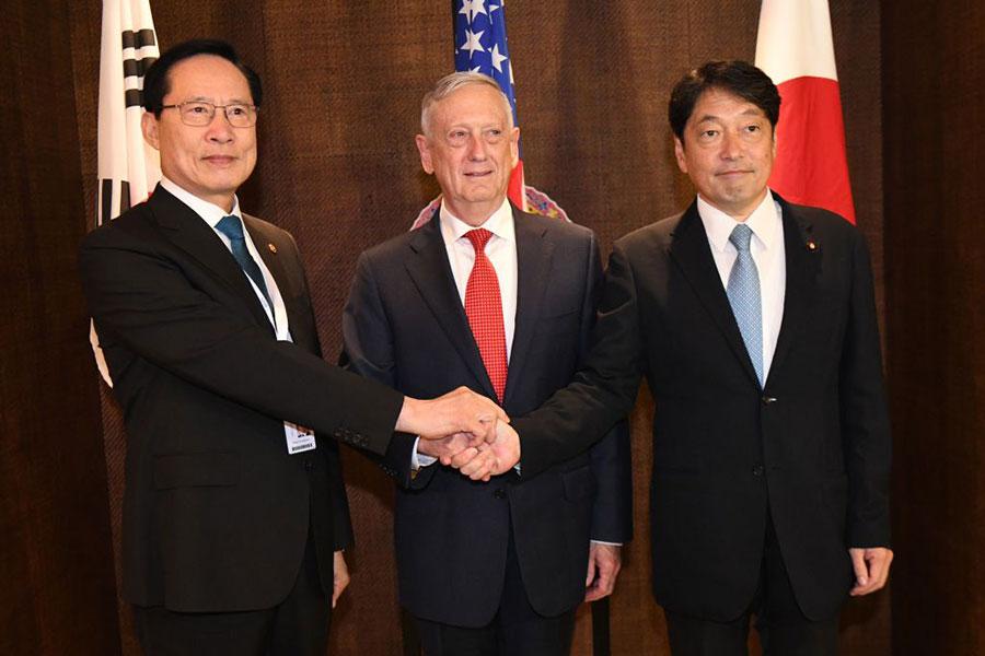 6月3日,美國國防部長馬蒂斯與南韓防長(左)及日本防衛相(右)會晤。(ROSLAN RAHMAN/AFP/Getty Images)