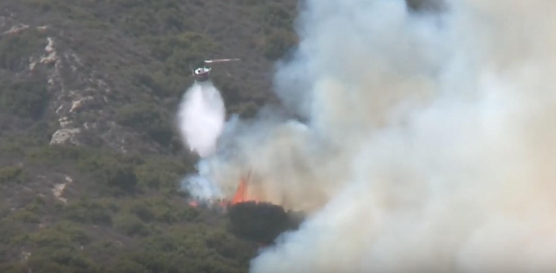 當地官員表示,一場無法預知的,風力驅動的大火周六(6月2日)在橙縣南部爆發,迫使拉古納海灘(Laguna Beach)和亞里索維耶荷(Aliso Viejo)地區大量住戶進行緊急疏散。當局派出400多名消防人員滅火。(視像擷圖)