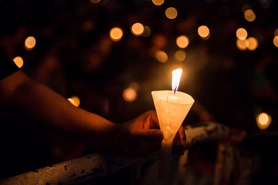 世界沒有忘記,歷史不會消失。圖為2017年6月4日香港舉辦紀念「六四」28周年燭光悼念活動。(ISAAC LAWRENCE/AFP/Getty Images)