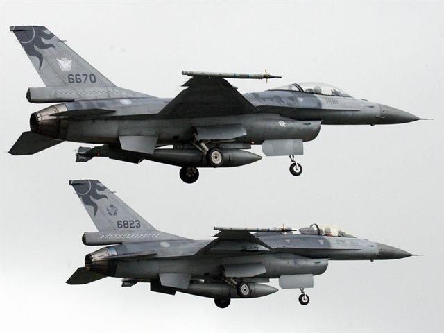 台灣空軍司令部6月4日表示,花蓮基地一架F-16單座戰機(機號6685號),下午1時9分由吳彥霆少校飛行官在北部空域執行演訓任務時,光點在下午1時43分消失,已啟動搜救機制全力搜尋。圖為國軍同型F16戰機資料圖片。(中央社)