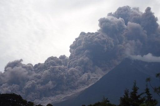 危地馬拉富埃戈火山(Fuego Volcano)6月3日發生大噴發,已造成最少25人死亡,另有數百人受傷及多人失蹤。(ORLANDO ESTRADA/AFP)