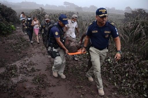 危地馬拉富埃戈火山(Fuego Volcano)6月3日發生大噴發,火山灰燼下,村民灰頭土臉地奔走逃命。(NOE PEREZ/AFP)