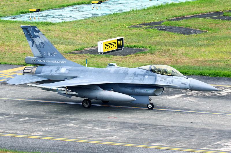 台灣花蓮基地一架F-16單座戰機(機號6685號)周一下午在北部空域演訓時失聯,軍警消皆動員全力搜救。圖為失聯戰機在花蓮起飛前影像。(民眾提供/中央社)