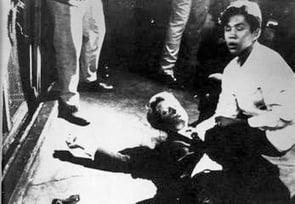 1968年羅伯特・F・甘迺迪(Robert F. Kennedy)遇刺時,17歲的酒店打雜工胡安・羅梅羅(Juan Romero)碰巧在他的身旁,他扶起受傷倒下的甘迺迪的頭部。(公有領域圖片)