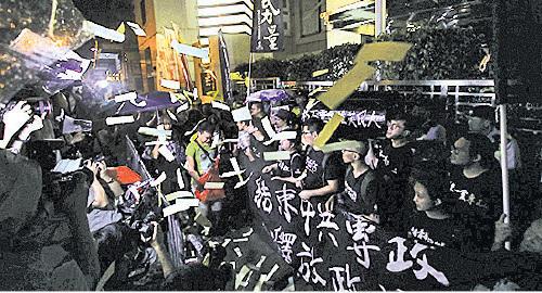 社民連等多個團體約300人在六四晚會完結後遊行到西區中聯辦默哀。(蔡雯文/大紀元)