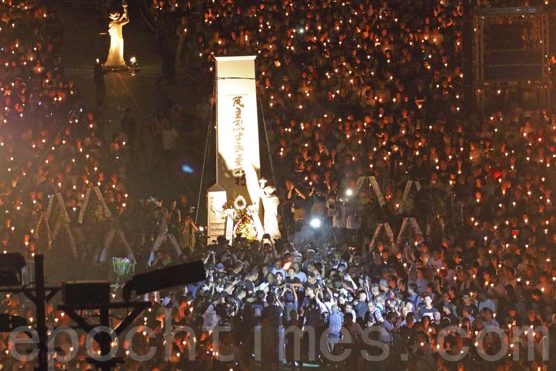 支聯會多名成員向「民主烈士永垂不朽」紀念碑獻花,又點起象徵民主的火炬。(蔡雯文/大紀元)