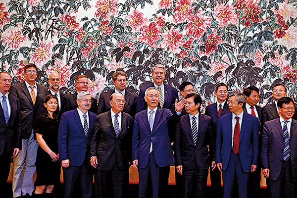 美國商務部長羅斯(前排左三)上周六抵達北京,展開與大陸的第三輪貿易談判。周日談判結束時,雙方並未發表聯合聲明。(ANDY WONG/AFP/Getty Images)