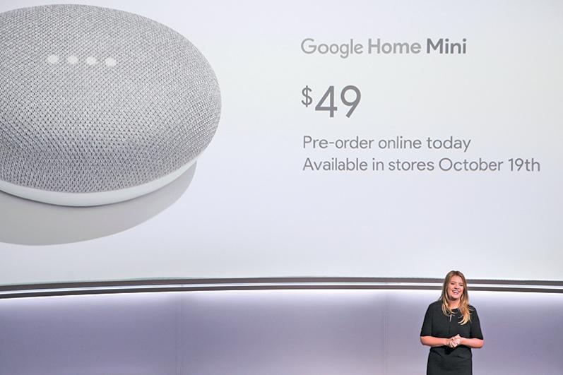 Google Home mini智能音箱自2017年底發賣以來需求強勁。(ELIJAH NOUVELAGE/AFP/Getty Images)