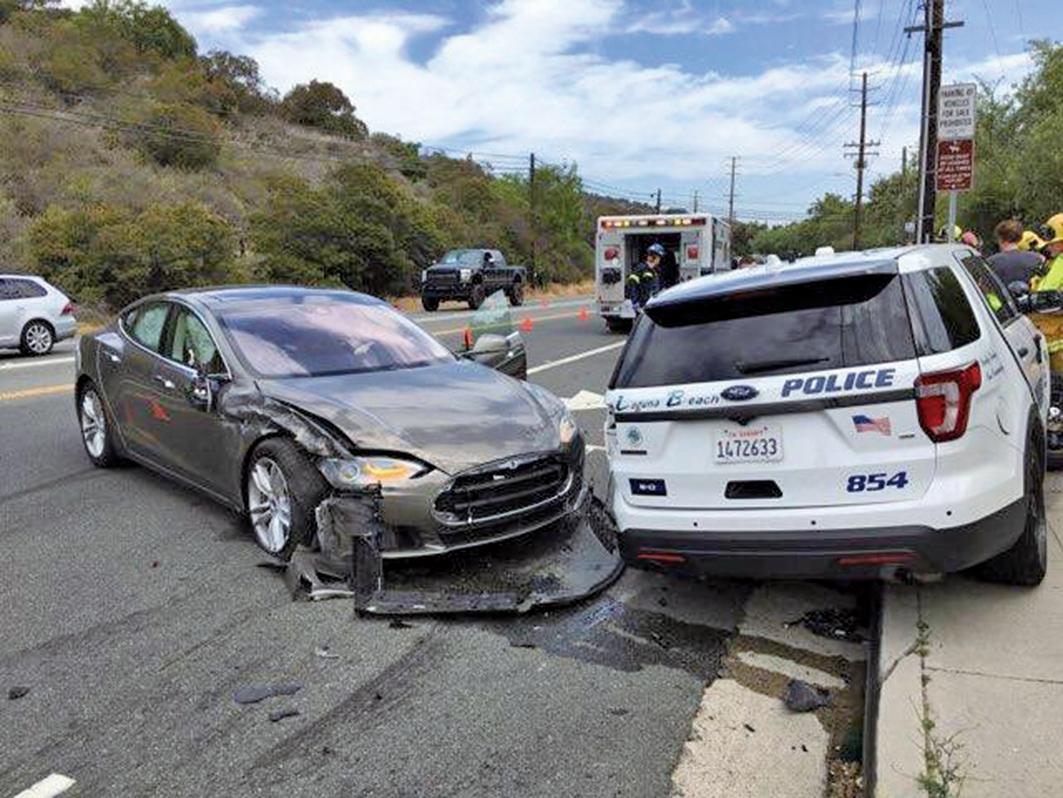 5月29日,在南加州的Laguna Beach,一輛特斯拉Model S轎車撞上了警車。(@LBPD_PIO_45)