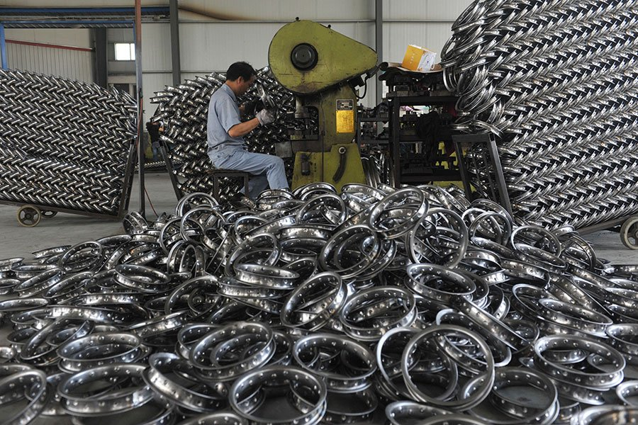 中共向國際傾銷鋼鐵,促使美國推出高達200%的反傾銷關稅。但是中共採用一個狡猾的手段來逃脫反傾銷關稅。(VCG/VCG via Getty Images)